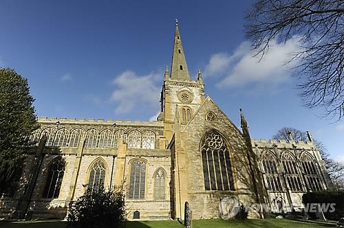 영국 시골교회 첨탑, 휴대전화·인터넷 기지국으로 변신