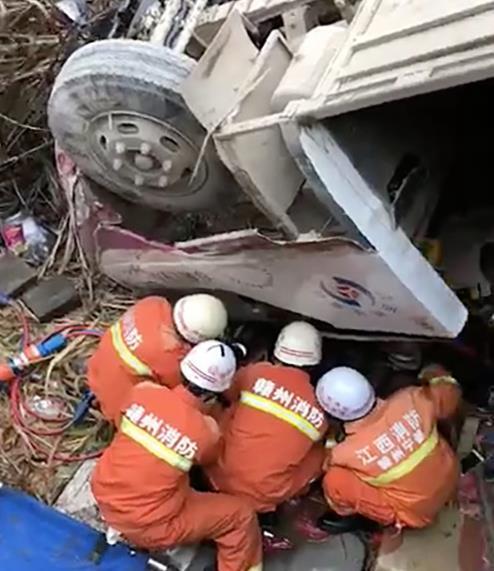 '춘제 연휴' 중국서 정원초과 버스 전복 사고…10명 사망