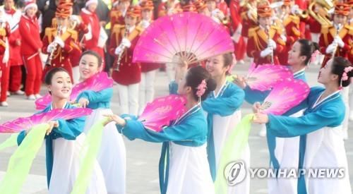 [올림픽] 北응원단,강릉 명소 정동진 찾아 악기 연주하며 부채춤
