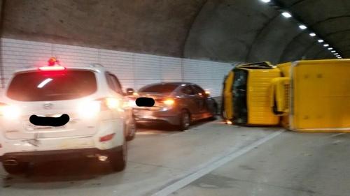 경남 중앙고속도로 생림1터널서 5중 추돌…2명 사상