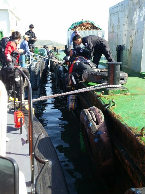 광양 해상서 기름 운반 바지선 구멍…해경 방제(종합)