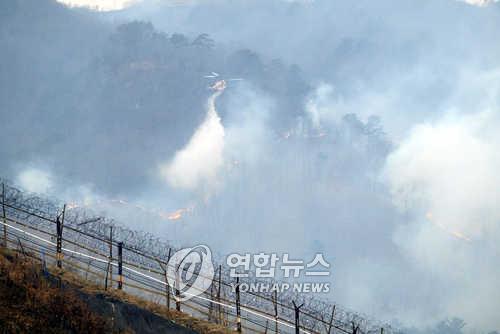 동부전선 비무장지대 북측 산불 남하…산림청 헬기 투입(종합)