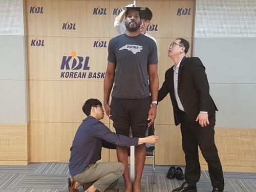 프로농구 메이스, 다음 시즌도 뛴다…199.9cm로 신장제한 통과