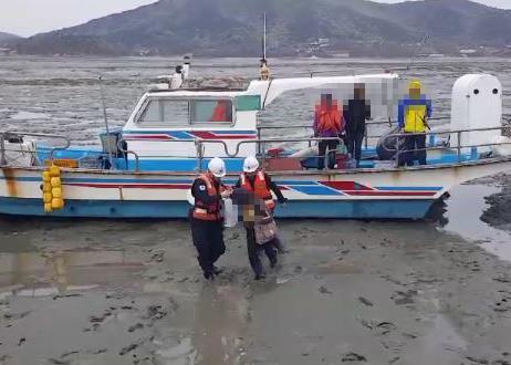 항로 이탈 낚시 어선 인천 무의도 갯벌에 얹혀…7명 구조