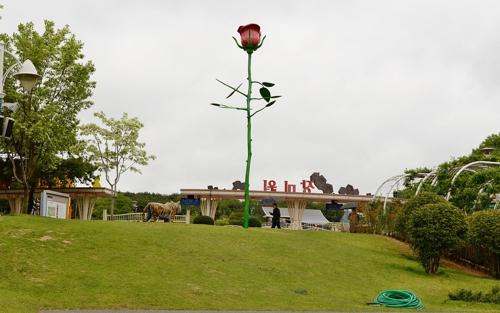 높이 8m 장미보러 오세요…울산대공원에 조형물 설치