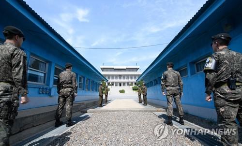 남북정상 군사분계선서 역사적 악수…북한 최고지도자 첫 방남