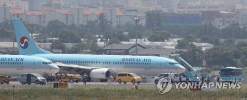 El aeropuerto de Jeju reanuda sus operaciones después de que reventara el neumático de un avión