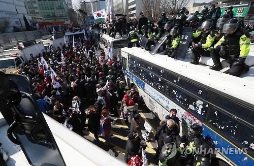 (AMPLIACIÓN)- Fallecen dos participantes en la manifestación a favor de Park