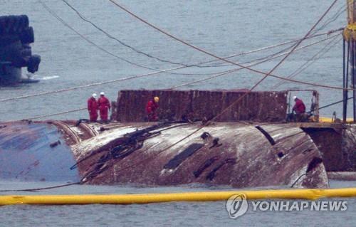 (ACTUALIZACIÓN)- El ferri Sewol emerge del agua en la operación de reflotamiento