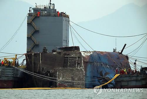 (ACTUALIZACIÓN)- Comienza el transporte del ferri Sewol al buque semisumergible