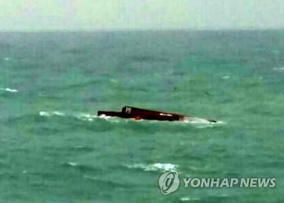 Se encuentra un barco volcado en la costa suroeste de Corea del Sur