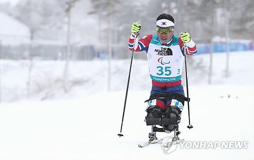 El surcoreano Sin Eui-hyun termina 5º en la prueba de 15 kilómetros de biatlón sentado en los JJ. PP.
