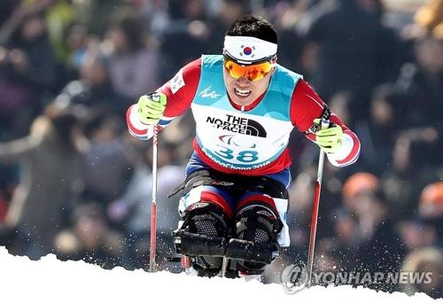 (AMPLIACIÓN)- El esquiador Sin Eui-hyun gana la primera medalla de oro de Corea del Sur en unos JJ. PP. de invierno