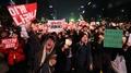 Des dizaines de milliers de manifestants battent le pavé pour exiger la démissio..