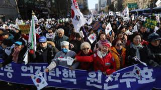 청와대 앞 100m 촛불행진…보수단체 대규모 맞불집회