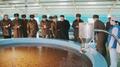 El líder norcoreano sonríe durante una inspección a una piscifactoría tras la mu..