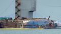 El ferri Sewol emerge del agua en la operación de reflotamiento