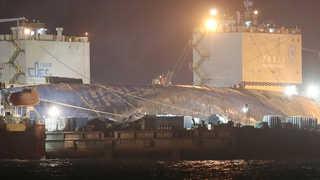 세월호, 반잠수선 거치 완료…목포 진입 빨라질 수도