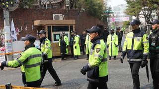 자택 앞 지지자 밤샘 농성…박 전 대통령, 영장심사 대비