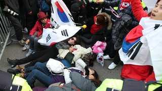 격앙된 지지자들 '밤샘 농성'…박 전 대통령 자택 앞 '아수라장'