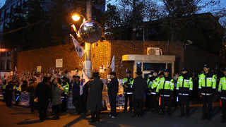 자택 앞 고요 속 긴장…지지자들 법원 주변서 집회
