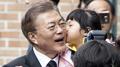 الرئيس مون جيه-إن يغادر منزله متوجها الى المقبرة الوطنية