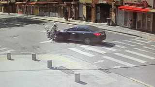 [현장영상] 승용차-경찰 오토바이 충돌…근무 중 경찰관 부상