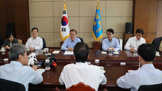 문 대통령 첫 수석회의…청와대, 특수비 53억 절감