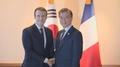 Moon y el presidente francés acuerdan impulsar la cooperación bilateral