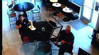 [현장영상] 58세 남성이 의자로 무장강도 내리쳐…미국 커피숍 격투