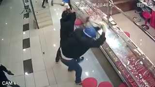 [현장영상] '깨지지 않는 유리'…보석 털려다 허탕친 어설픈 도둑들