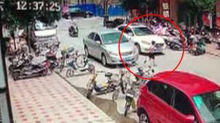 [현장영상] 중국서 도로 건너던 아이 차에 깔려…시민들 힘 모아 구조