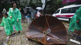 파도에 휩쓸리고 강풍에 날아가고…홍콩 태풍 피해 속출