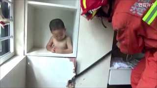 [현장영상] 옷장 틈에 끼인 두 살배기, 구조대 보자 눈물 '펑펑'