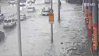 [현장영상] 폭우속 영차영차…물에 빠진 차량 함께 미는 시민들