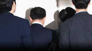 '문성근 합성사진' 국정원 직원들 영장심사…밤늦게 결론