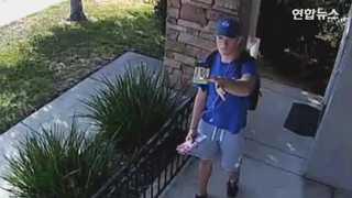 [현장영상] 집 현관 CCTV에 지갑을 보여준 청년…그 이유는