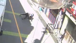 [현장영상] 헤어진 여친 골프채로 폭행한 60대…지나가던 시민이 제압
