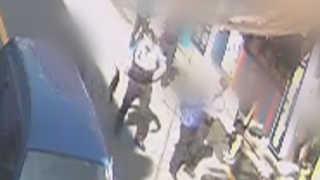 헤어진 여친 골프채로 폭행한 60대, 시민들이 제압
