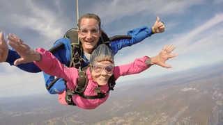 """""""내 나이가 어때서""""…미국 94세 할머니 생일기념 스카이다이빙 성공"""