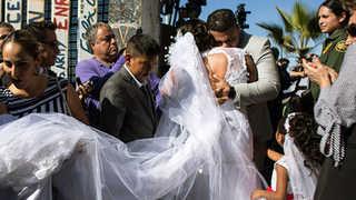[핫뉴스] '장벽없는 사랑' 미국-멕시코 커플 국경장벽서 결혼식 外
