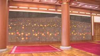 """청와대 본관에 대형 '촛불' 그림…문 대통령 """"정부 정신 상징"""""""
