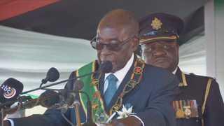 가택연금에도 웃은 무가베,  짐바브웨 阿 첫 '평화 쿠데타'되나