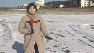 낚시터 '꽁꽁' 얼린 강추위…겨울축제 준비 활기