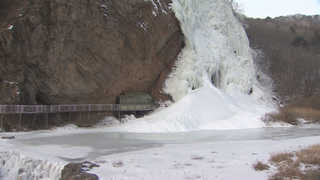 물줄기 따라 얼어붙은 폭포…강원 체감온도 영하 20도