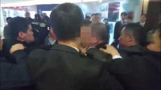 중국 경호원들 한국기자 집단폭행사건에 외신도 주목…과거에도 비일비재
