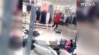 [현장영상] 인종차별 광고에 분노…남아공 H&M 매장 난장판으로