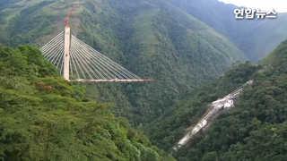 [현장영상] 콜롬비아서 건설중인 280m 높이 다리 붕괴…최소 10명 사..