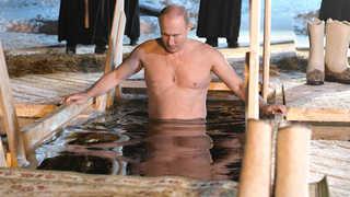 푸틴, 정교회 축제 참가해 얼음물에 목욕하며 건강미 과시