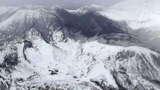 日군마서 화산 분화…스키장 지붕·곤돌라에 돌덩이가 '쾅'